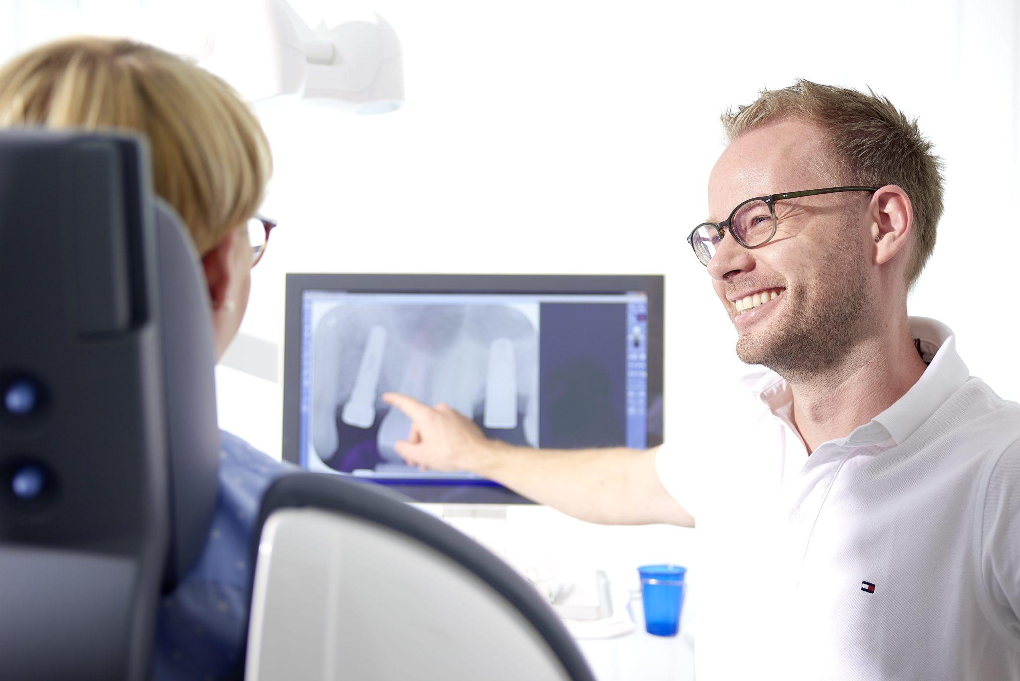 zahnarzt-karlstein-beratung-implantate